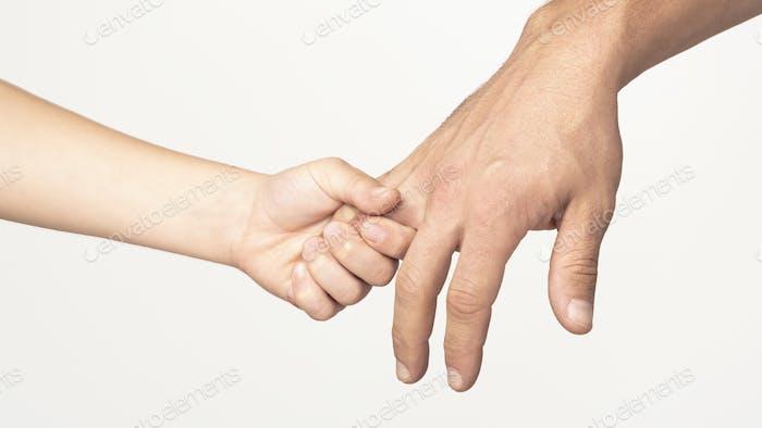 Sohn hält seinen Vater Finger, folgen Vater im Leben