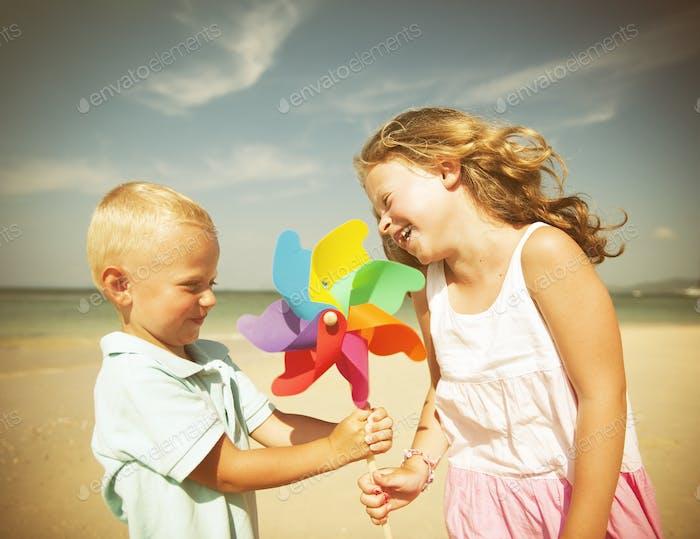 Bruder und Schwester mit Spaß am Strand
