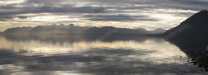Océano y montañas, increíble Horizontal de los fiordos orientales en Hielo