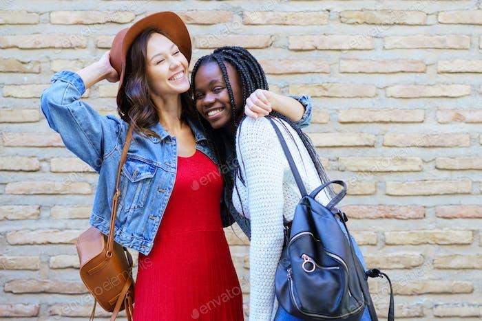 Zwei Freunde, die sich im urbanen Hintergrund umarmen. Multiethnische Freunde
