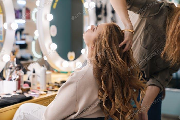 hermosa hermosa hermosa rubia mujer con el pelo largo