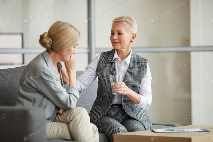 Weibliche Psychologe Beratung Reife Frau
