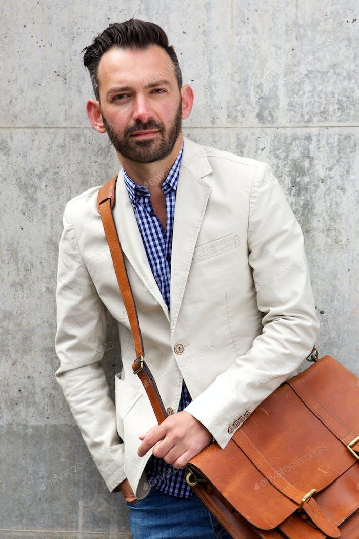 Stilvolle reife Mann mit Leder-Schultertasche