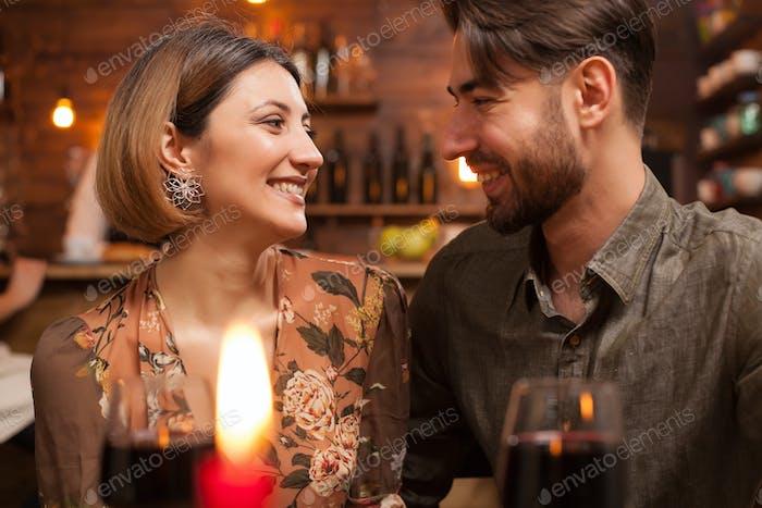 Junges Paar in einander Augen schauen und lachen