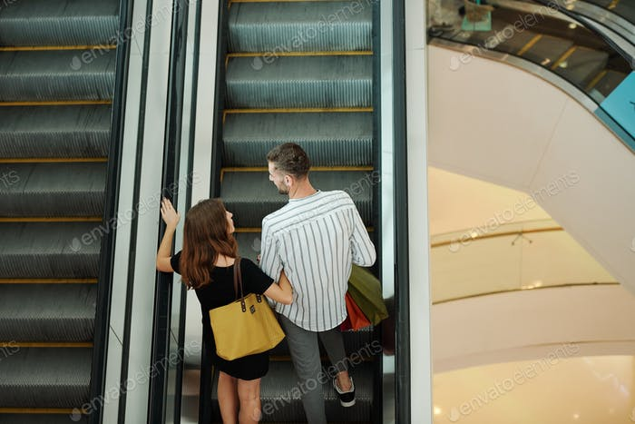Paar auf Einkaufszentrum Rolltreppe