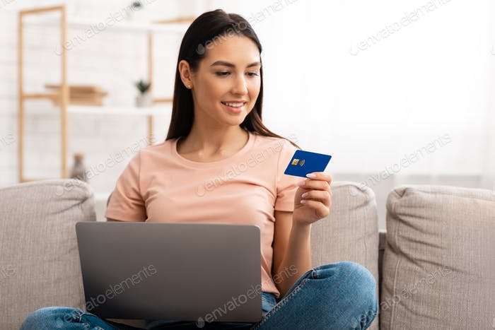 mujer joven haciendo compras sentado en el sofá