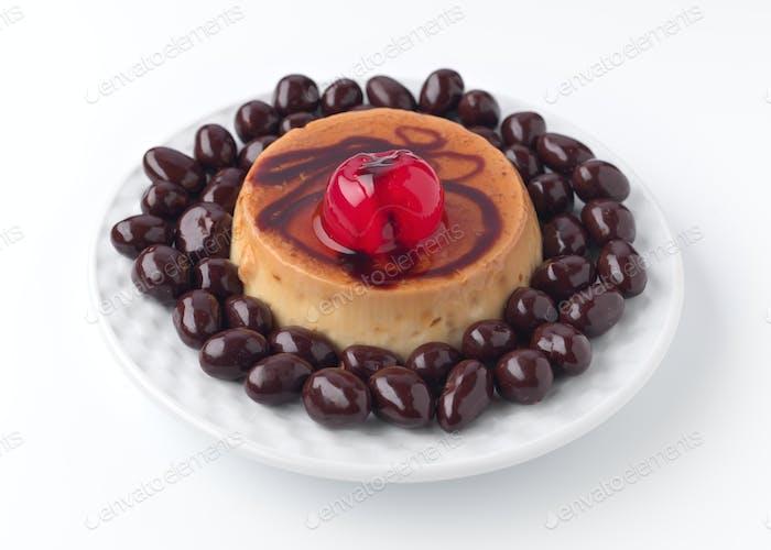 Eierpudding mit Schokolade bedeckt Erdnüsse isoliert auf weiß