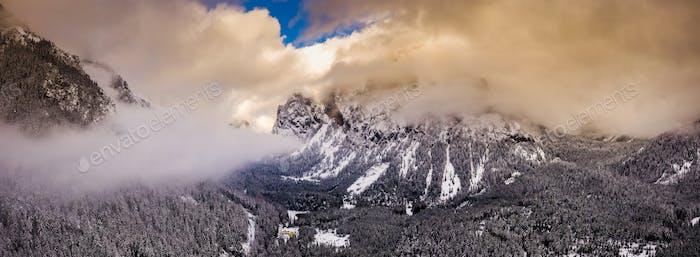 Luftaufnahme der Berge in der Steiermark, Grüner See Gruner sehen wolkigen Wintertag