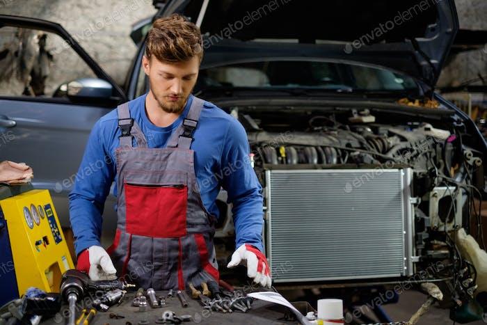 Механик в мастерской