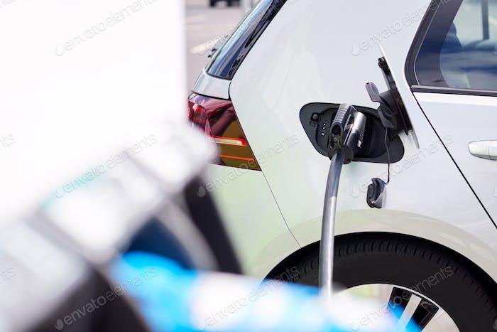 Cerca de cable de alimentación de carga de coche Eléctrico al aire libre en el supermercado Parque