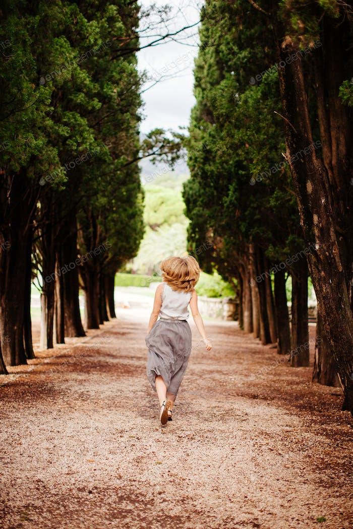 glückliche Frau zu Fuß im Wald