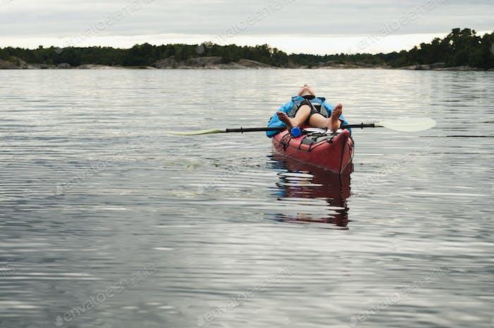 Mujer acostada en kayak