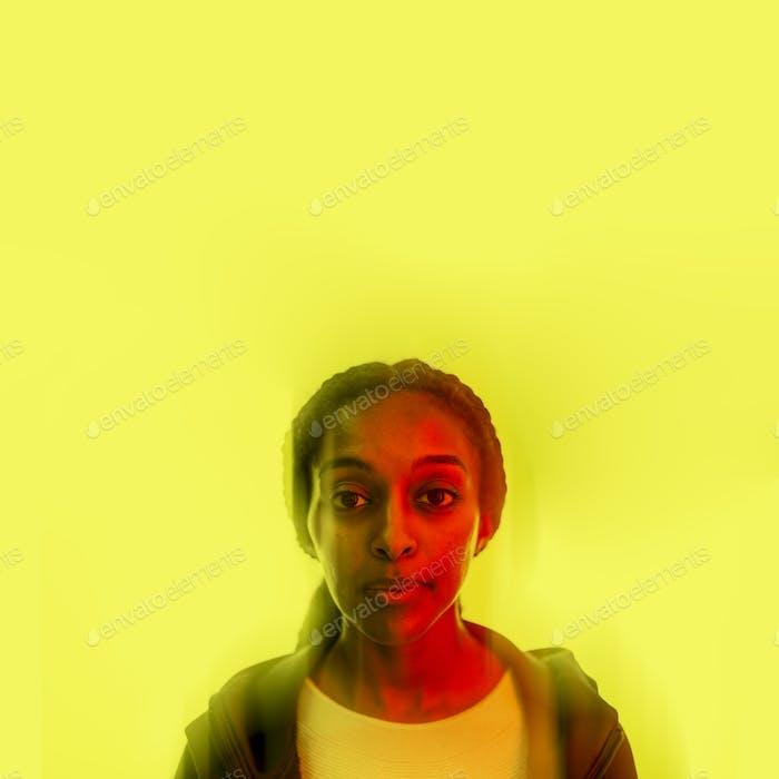 Cyborg-Frau künstliche Intelligenz auf gelbem Laminathintergrund