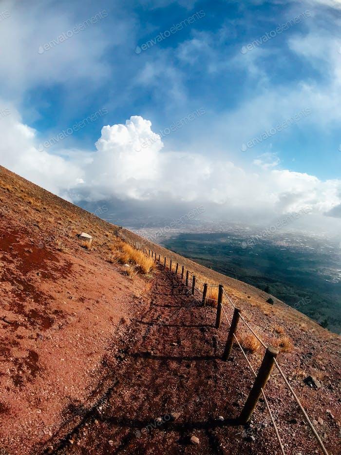 Ein Bergweg, der von roten Klippen umgeben ist