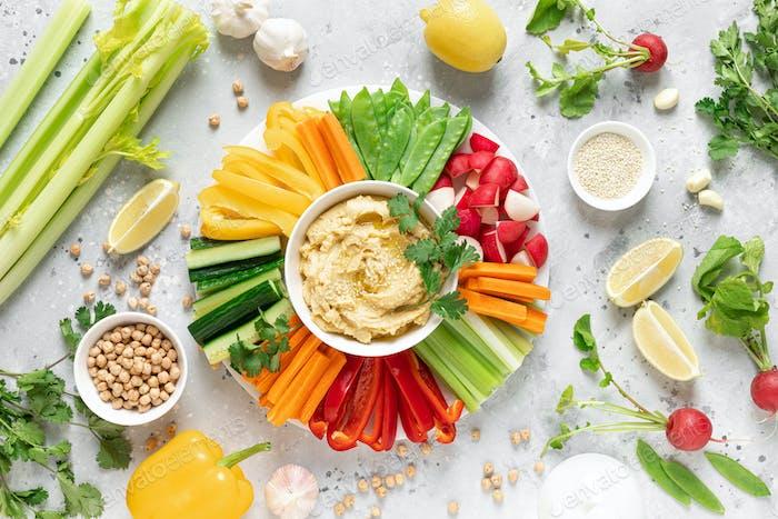 Hummus mit frischem Gemüse, gesundes vegetarisches Lebensmittelkonzept, Draufsicht