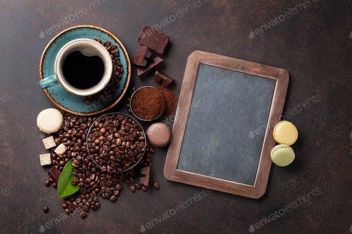 Kaffeetasse, Bohnen und Makronen
