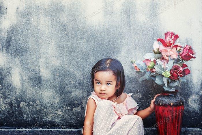 Mädchen mit einer Vase von Blumen