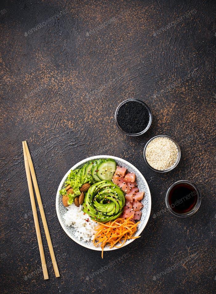 Hawaii-Schüssel mit Lachs, Reis und Gemüse