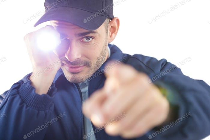 Sicherheitsoffizier hält eine Taschenlampe