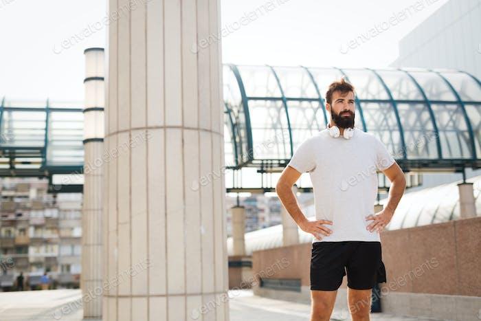 Porträt von jungen gutaussehenden fitness-mann in sportbekleidung
