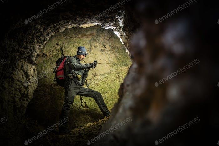 Deep Cave Exploration von Männern