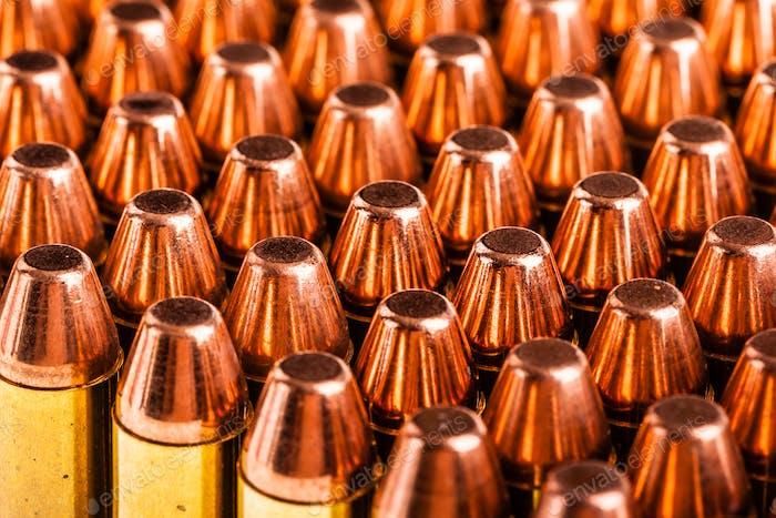 Pistole Munition auf weiß