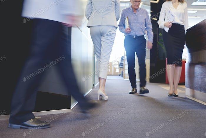 Niedriger Teil der Mitarbeiter im Korridor