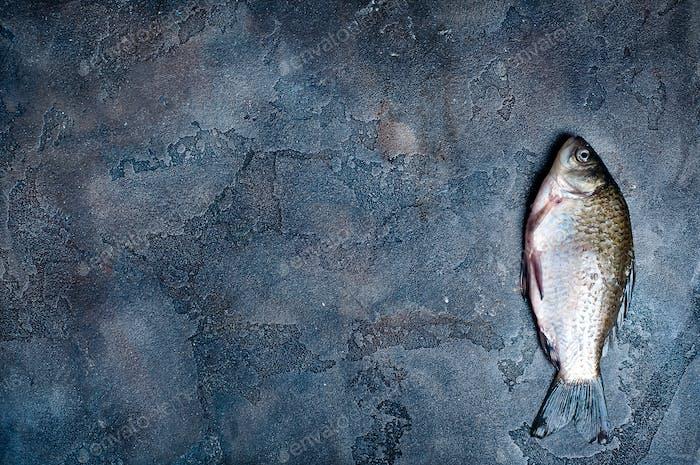 Frischer Fisch auf einem Steinbrett