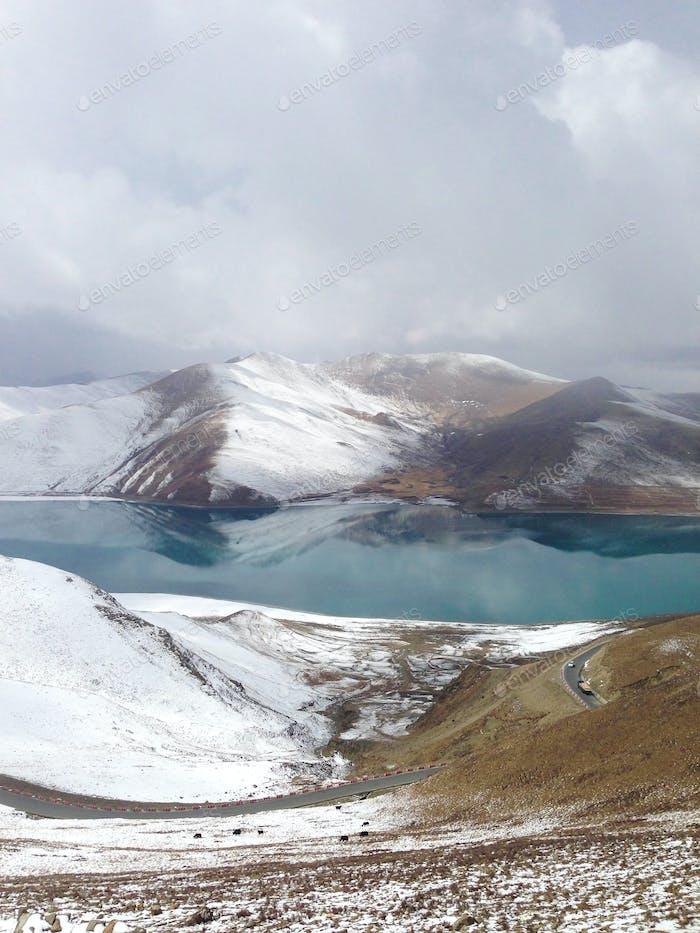 Schönes Panorama auf die Berge und See.