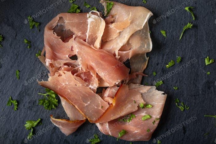 Dünn geschnittener geräucherter Schweineschinken