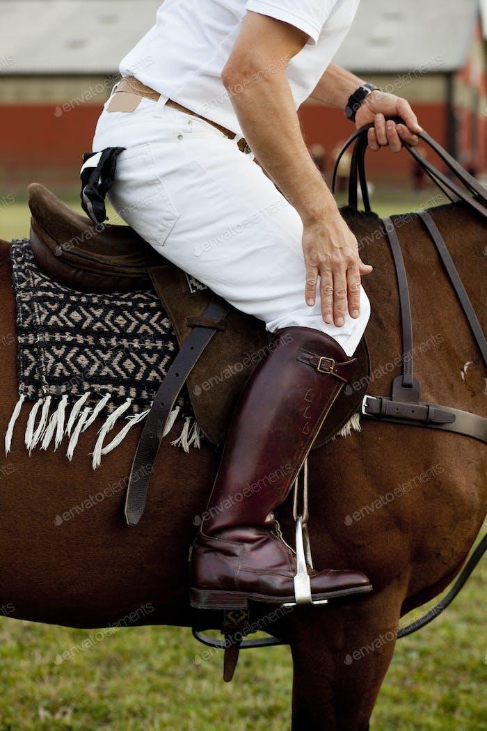 Seitenansicht des Jockey Reitpferdes auf dem Feld
