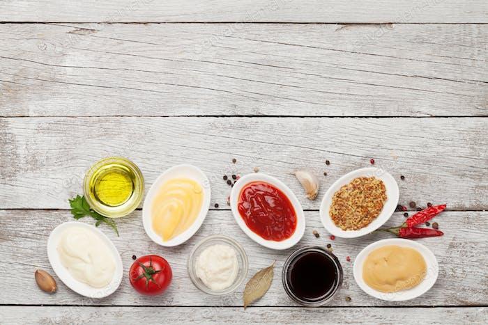 Satz von verschiedenen Saucen. Beliebte Saucen in Schüsseln