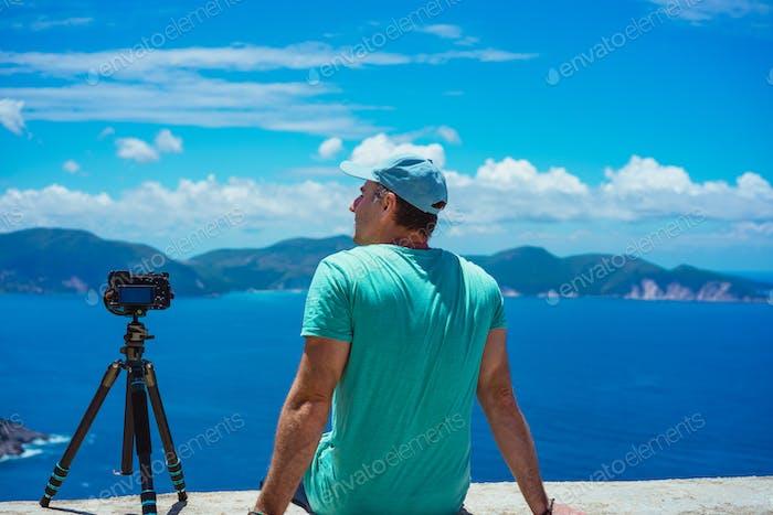 Sommerurlaub in Griechenland. Männliche Fotograf genießen zu erfassen Zeitraffer Wolkenlandschaft