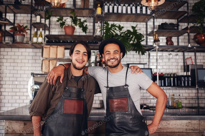 Счастливые молодые бармены мужчины