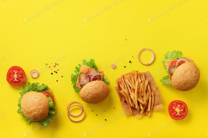 Fast-Food-Banner Saftige Fleisch-Burger mit Rindfleisch, Tomaten, Käse, Zwiebeln, Gurken und Salat auf