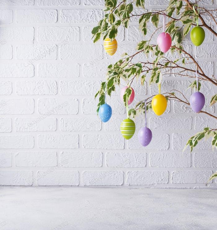 Traditioneller Osterbaum mit Eiern