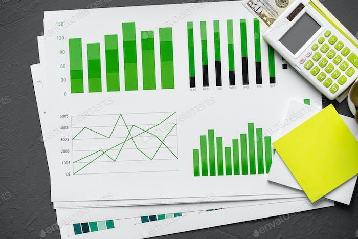 Vista superior de la mesa con documentos financieros y calculadora