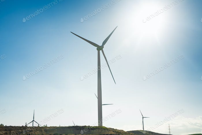 Windkraftanlage für alternative Energie. Öko-Power-Konzept