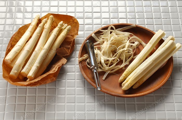 The season has arrived, peeling white asparagus.