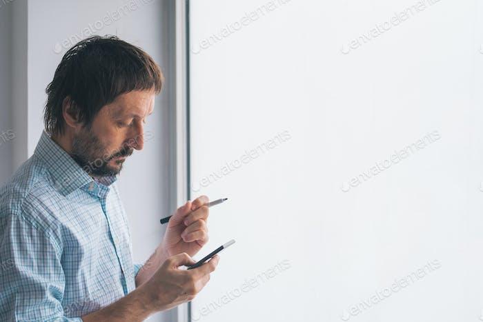Geschäftsmann im Büro Schreiben auf Whiteboard