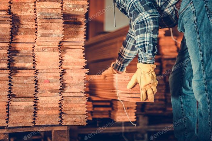 Stapel von Planken und Auftragnehmer