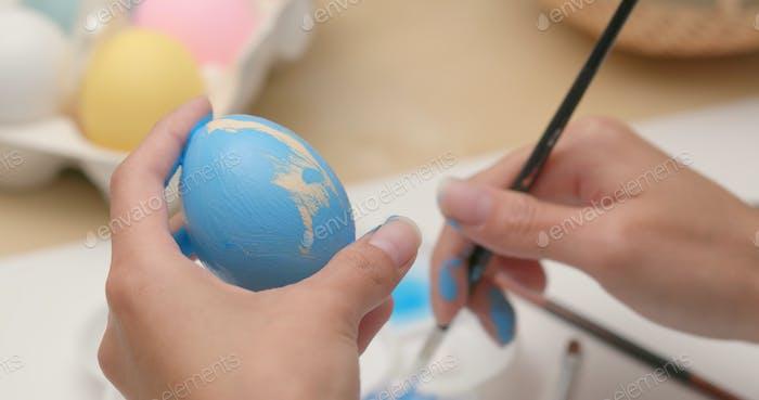 Osterferien mit Malerei Hühnerei für die Dekoration