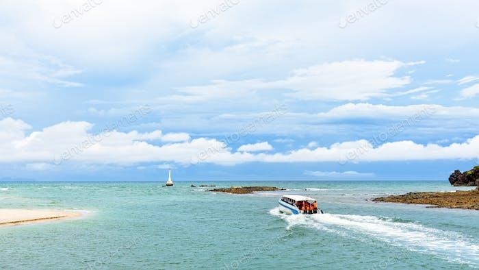 Schnellboot verlässt die Küste der Insel Tarutao