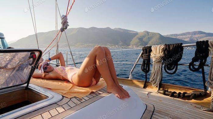 Luxus Frau entspannen auf Yacht