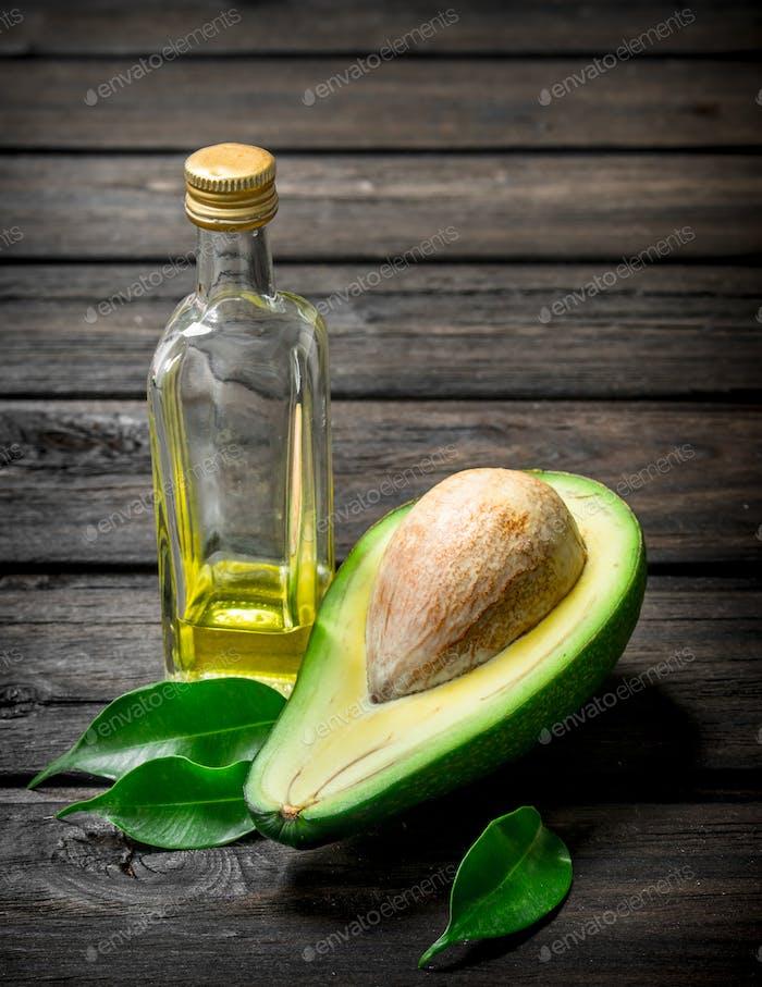 Öl und Avocado mit Laub.