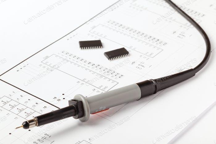 Lötkolben auf Zeichnung des elektronisch Geräts