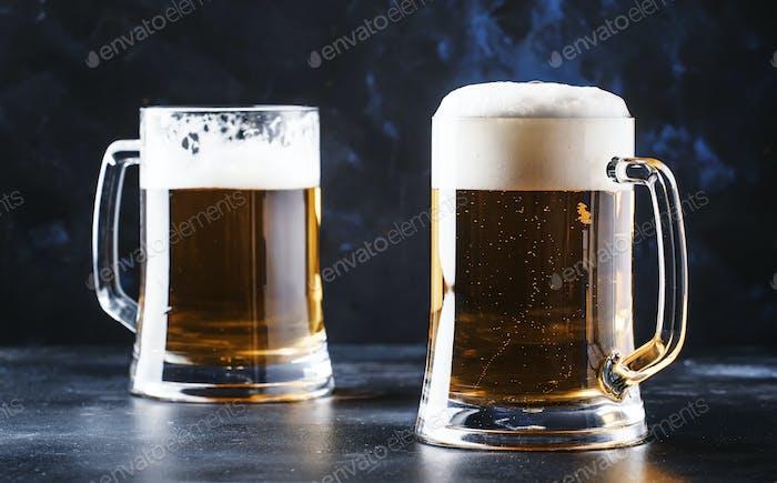 Gläser mit tschechischem helles Bier, dunkler Bartheke