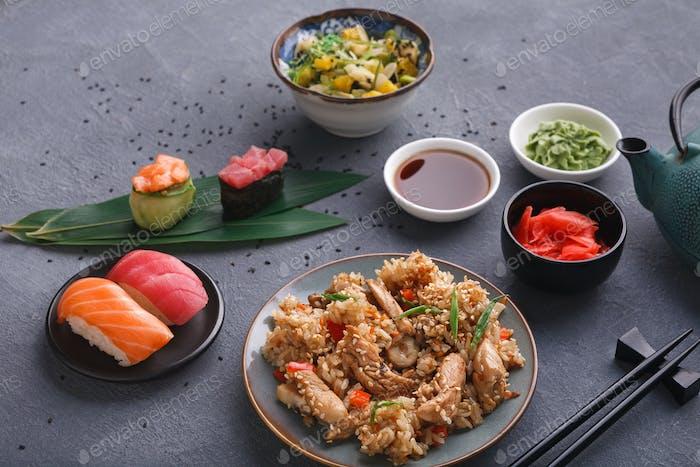 Serviert Tisch mit asiatischer Küche