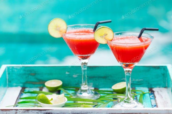 Erdbeere Margarita Cocktail auf buntem Holzhintergrund mit Palmblatt. Kopierraum.