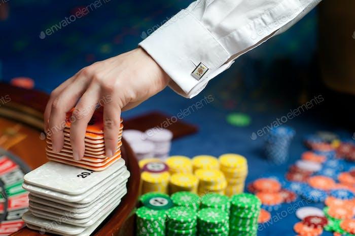Hand eines Poker-Dealers